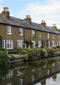 A row of houses sitting on the side of a canal